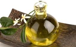 Эфирное масло нероли способствует омоложению кожи